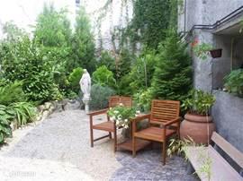 fijne tuin met diverse zitjes