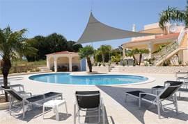 zwembad met mooie , ruime terrassen