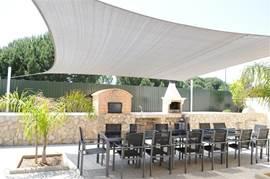 Lekker lunchen en dineren op het beschutte terras naast de villa