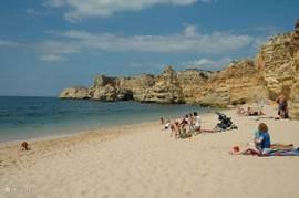 Het prachtige strand Praia da Marinha op 5 minuten rijden van Villa Paraiso
