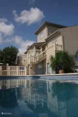 Prachtig plaatje van zwembad en appartement