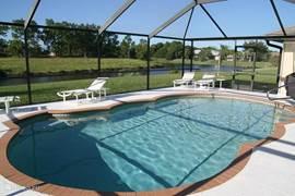Het zwembad met een schitterend uitzicht op meertje en een vrij uitzicht op groen