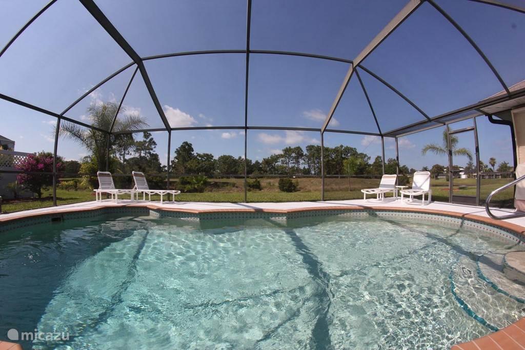 Zwembad met schitterend achteruitzicht op een meertje en een vrij uitzciht op groen