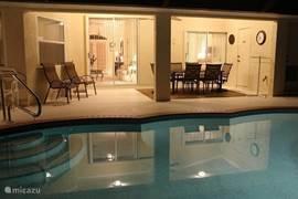 zwembad en overdekt terras