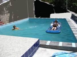 Rond het zwembad vindt u zitjes.
