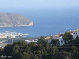 Deze foto is het uitzicht vanuit het huis. Gezellig ruim (totale opp. 140 m2) en comfortabel huis met een adembenemend uitzicht op zee en op het prachtige stadje Moraira met luxe jachthaven. Rustig gelegen op 6 km van zee.
