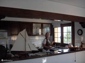De keuken gezien vanuit de woonkamer ook hier vanuit het keukenraam een prachtig uitzicht.