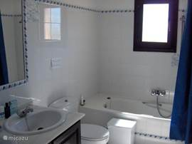 Badkamer, bidet, 2 wastafels. Tijdens het douchen kunt u ook hier genieten van het prachtige uitzicht.