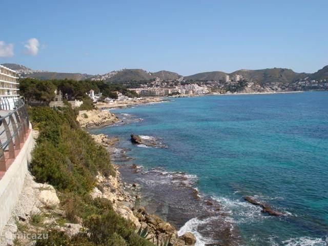 De weg langs de kust in Moraira