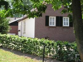 """Te huur in zuidoost Brabant tegen de Limburgse en Belgische grens het voorhuis van woonboerderij """"Aen de Hoef"""" De woning is uitermate geschikt voor natuurliefhebbers, minder validen of mensen die er zomaar even tussenuit willen."""