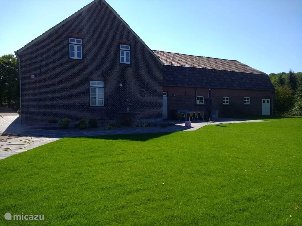 terras met tuinset en groot grasveld om te genieten of te spelen.