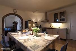 in de goed ingerichte moderne keuken vindt u een grote tafel waar u met zijn allen gezellig aan kunt tafelen.