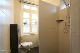 moderne badkamer met 2 douches, wastafel en toilet