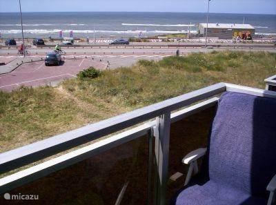 Appartement (rookvrij) met uitzicht op zee voor twee personen. Het onderkomen ligt op een steenworp van strand, dorp en station. Voor een heerlijke vakantie aan zee en steden als Haarlem en Amsterdam zijn dichtbij..