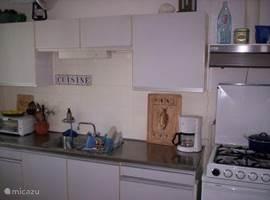 de keuken van alle gemakken voorzien