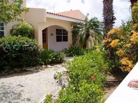 Fraaie vrijstaande bungalow in de rustige mooie wijk Belnem slechts 500 meter van zee en 5 minuten met de auto van Kralendijk. Grote overdekte porch en een schitterende tuin.