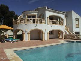 De luxe villa ligt op loopafstand van het dorpje Moraira en het strand (ca. 500 mtr.), aan het einde van een doodlopende weg en biedt een wijds uitzicht op zee. Veel privacy en groot terras en zwembad van 10 x 5 mtr. Alle slaapkamers hebben airco.
