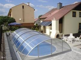 Vrijstaand huis van alle gemakken voorzien, royale omheinde tuin.  met overdekt prive zwembad van 7.30 x 3.70. Ideaal voor zomer zowel winterrecreatie, skipiste op 1.5 km afstand.