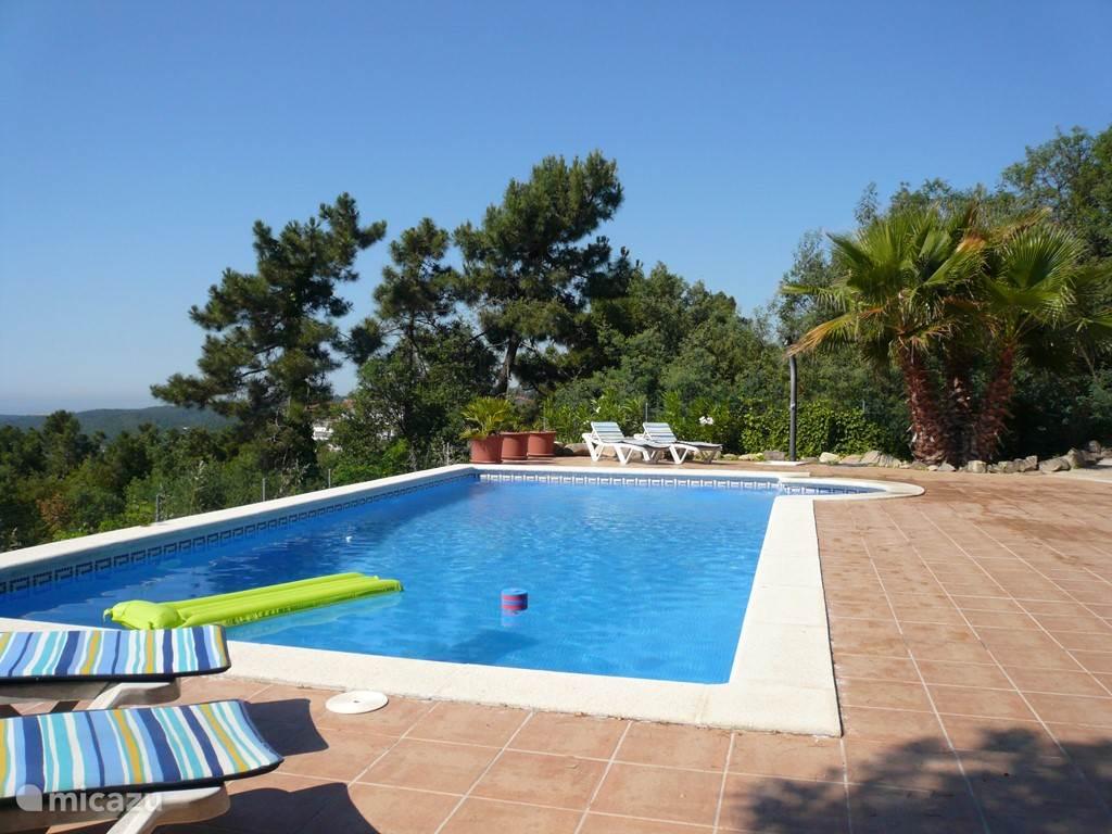 Groot zwembad van 5 bij 10 meter! Heel veel privacy! Bij het zwembad is ook een BBQ en een zomerkeuken met koelkast.