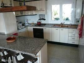 Zeer complete keuken. Met dubbeldeurs koelvries combinatie, wasmachine, oven, magnetron, Senseo en gewoon koffiezetapparaat enz.