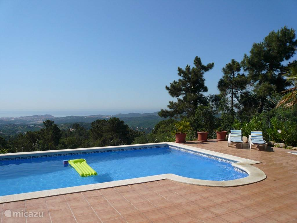 Tot waar het zwembad ligt is het zwembad ondiep, +/- 80 cm.