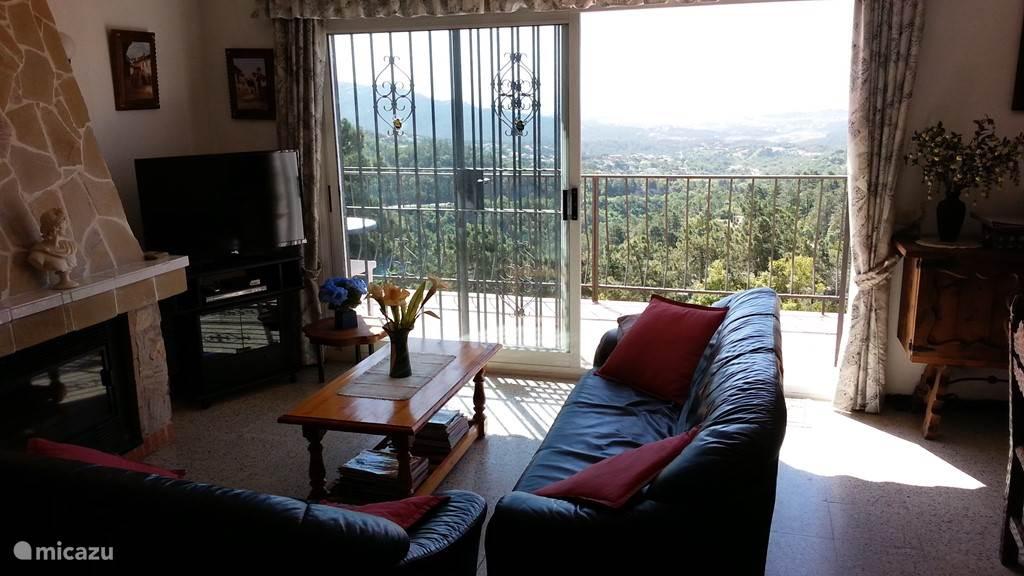 Vanuit de woonkamer heeft U uitzicht op het zwembad, Lloret en de zee. Flat screen tv met nederlandse zenders en DVD speler.