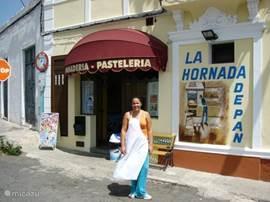 Deze banketzaak heeft heerlijk brood, cake en gebak. Ze maken de lekkerste broodjes klaar. Laura, een buurmeisje is werkzaam in de winkel. Doe haar de groeten van mij.