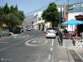 De hoofdstraat van Santa Lucia met verschillende winkels, een bank, restaurants en gezellige terrasjes om het leven van Santa Lucia te bekijken onder het genot van een wijntje met tappa's of een heerlijk koel biertje.
