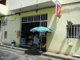De Winkel van Sinkel in Santa Lucia: brood, groente en fruit en vlees.
