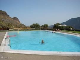 Net buiten het dorp ligt een mooi, goed onderhouden zwembad, met een indrukwekkend uitzicht op de omringende bergen. Alleen in de zomer open. Het hele jaar is in Fataga bij El Molino een zwembad open en in het hotel in St. Bartolome.