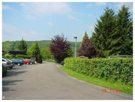 De entree van het parc. Het parc is op een heuvel gelegen , tussen de rivieren de Maas en de Lesse. Als u het parc uitloopt voor een wandeling door het bos of naar het dorp is dit het uitzicht. Het bos in de verte ligt aan de andere kant van de Maas.
