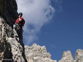 Op een paar honderd meter van het parc ligt het grootste rotsmassief van Belgie. Veelvuldig wordt hier door alpine-klimmers geoefend. U ziet ze soms als 'vliegen' aan de rotsen hangen tijdens autotochtje naar het dichtbijgelegen Frankrijk of tijdens de 'watervalletjes' wandeling.