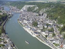 Het mooie plaatsje Dinant - fille de Meuse - op een paar km van het park. Op de achtergrond bij de brug de machtige citadel die te bezoeken is. Vóór de brug rechts de vele terrasjes aan de Maas en kades waarvandaan de boten voor rondvaarten vertrekken. Op de voorgrond het Casino.