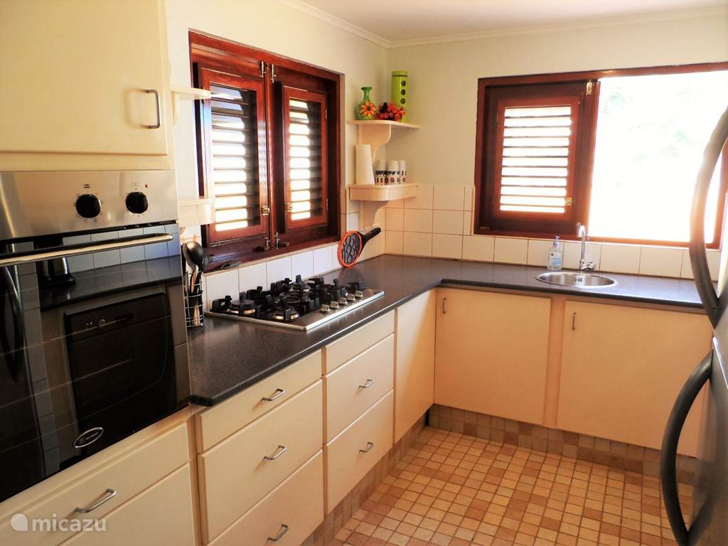 Kitchen equipped with: oven / grill, dishwasher, refrigerator, blender, coffee maker, toaster