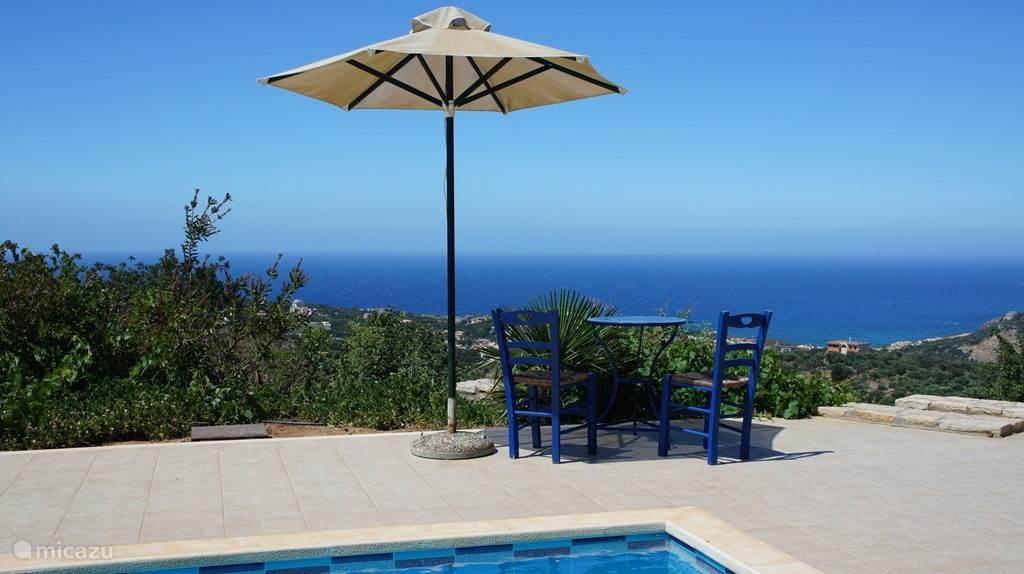 Geniet van het uitzicht en de rust op de typisch Griekse stoeltjes bij het zwembad.