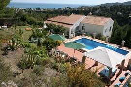 De villa met zwembad en tuin