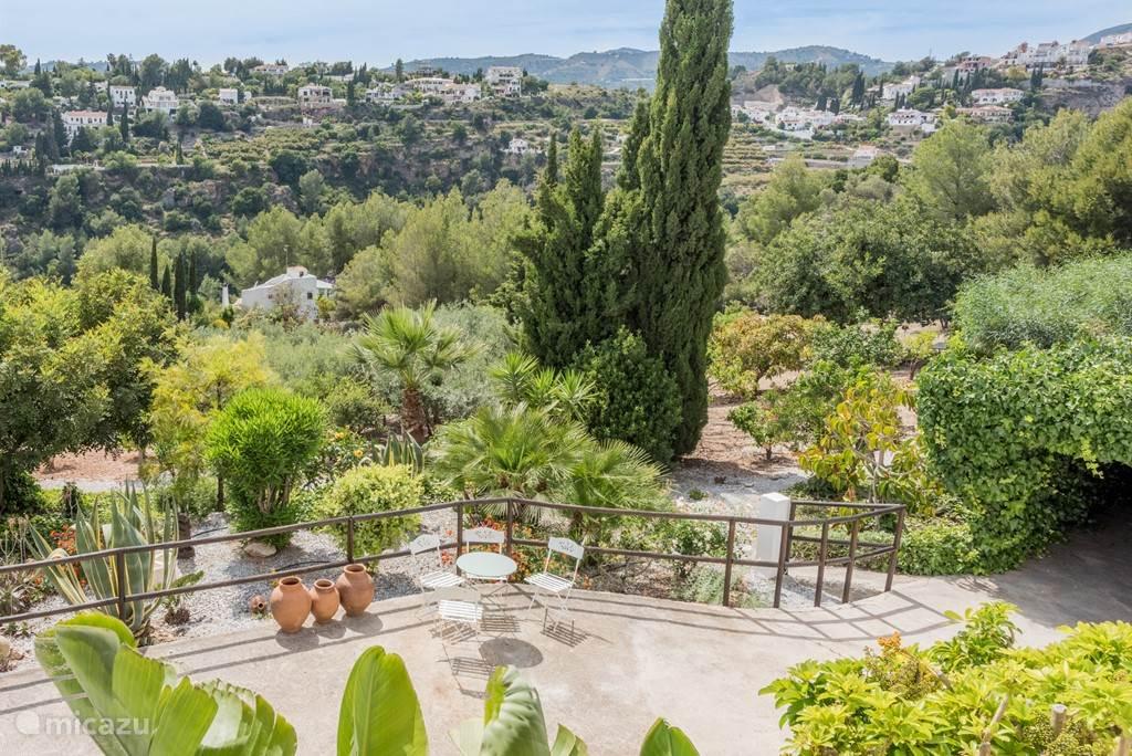 Uitzicht over de tuin en omgeving