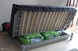 slaapbank met bergruimte voor het beddegoed.