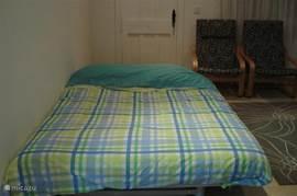 uitgeklapte slaapbank geschikt voor twee personen.