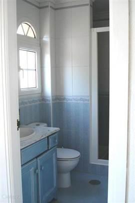 badkamer vanuit de ouderslaapkamer te bereiken.