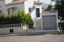 Via de cirkelvormige parkeerplaats is de woning te bereiken, rechts op de foto de meterkast met de hoofdkraan voor water en daarnaast het pad naar de woning
