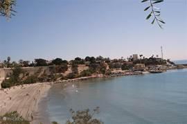 Een van de vele stranden in de buurt, hier het strand van Cabo Roig met een kleine haven en restaurants
