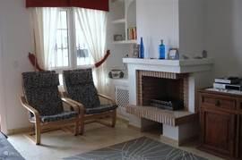 ruime woonkamer met openhaard