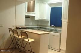 keuken voorzien van keramische kookplaat,oven, magnetron, koelkast.