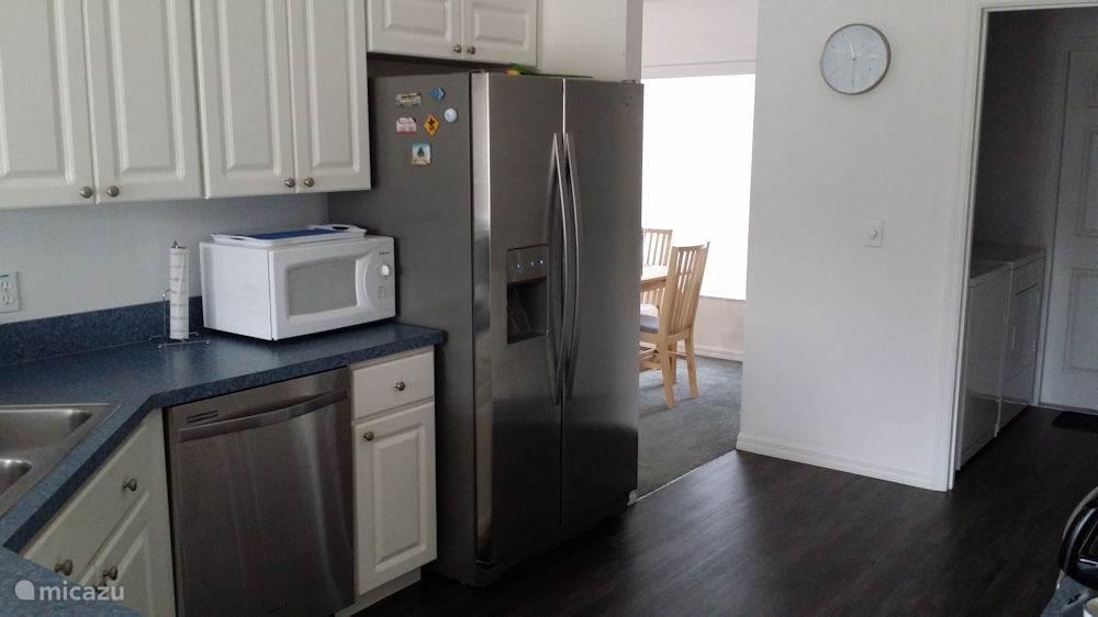 Volledig ingerichte keuken. Apparatuur aanwezig, zoals magnetron, fornuis, vaatwasser, koelkast. De wasmachine en droger staan in de aangrenzende bijkeuken.
