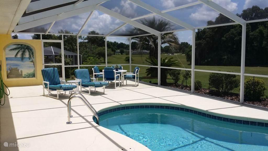 Verwarmd privé zwembad. 6 stoelen en 4 ligstoelen aanwezig. Inpandig terras (lanai) zodat ook schaduw opgezocht kan worden.