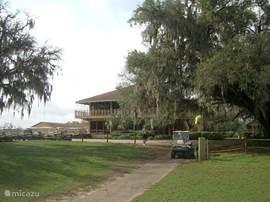 De Lakeside golfbaan ligt naast de deur en heeft een typisch oud Amerikaans clubhuis. Mooie baan met enkele behoorlijke uitdagingen.