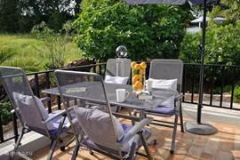 Eigen terras van een van de appartementen/suites met uitzicht over de mooi aangelegde tuin.