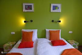 Elk appartement heeft zijn eigen kleur. Inrichting is stijlvol en 'simple chic'