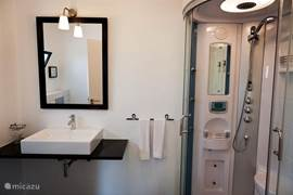 Alle badkamers (ensuite) hebben een luxe stoomdouchecabine
